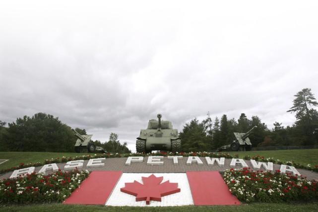 La Police militaire (PM) de la base de Petawawa, en Ontario, est pointée du... (Archives, La Presse canadienne)