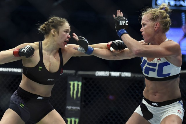 Ronda Rousey (à gauche) n'a pas combattu depuis... (Archives Associated Press)