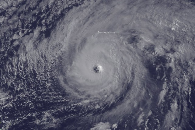 Une image satellite montre l'ouragan Nicole qui s'appaoche... (AFP, NOAA)