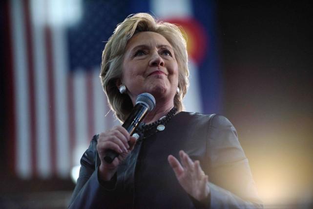 La candidate démocrate prend la parole devant ses... (photo Brendan Smialowski, AFP)