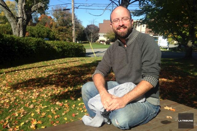 Jason Roy lance son deuxième recueil de nouvelles,... (Photo La Tribune, Eve Bonin)