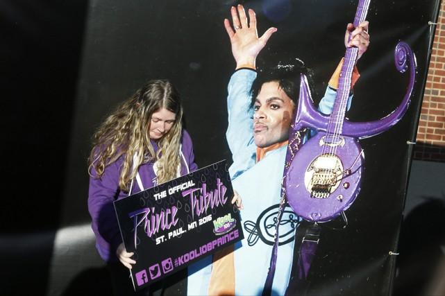 Une fan de Prince attend le concert d'hommage... (Photo Jim Mone, AP)