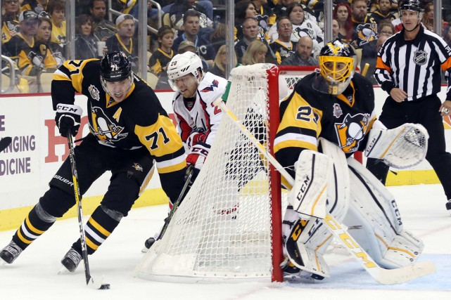 Evgeni Malkin balade la rondelle près des filets... (Photo Charles LeClaire, USA TODAY Sports)
