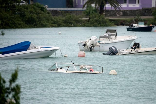 Un bateau a été submergé dans la baie... (Photo Mark Tate, AP)