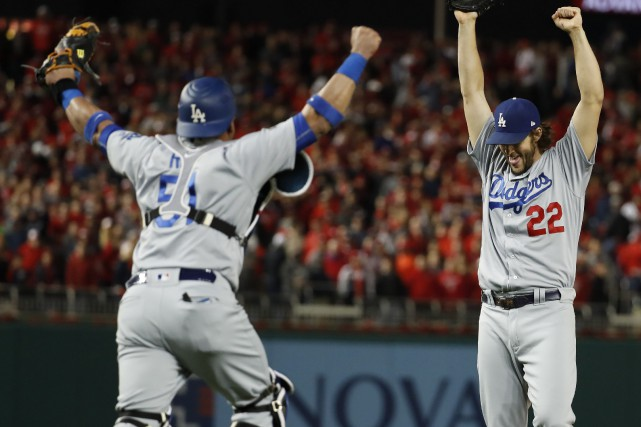 L'as partant des Dodgers Clayton Kershaw (à droite)... (Photo Alex Brandon, AP)