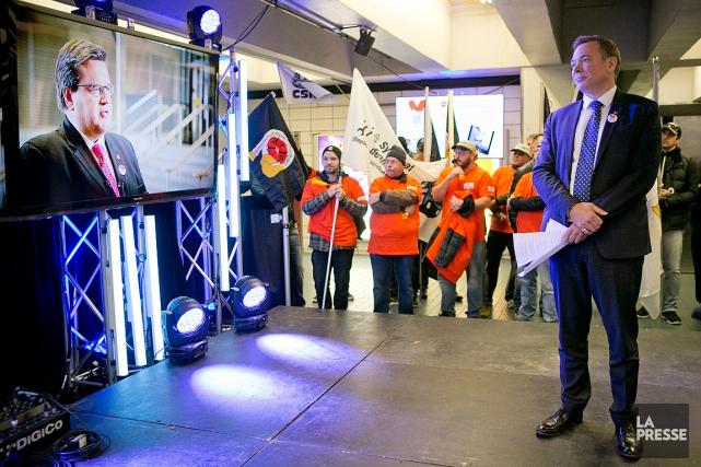 Des représentants des cols bleus, des pompiers de... (PHOTO DAVID BOILY, LA PRESSE)