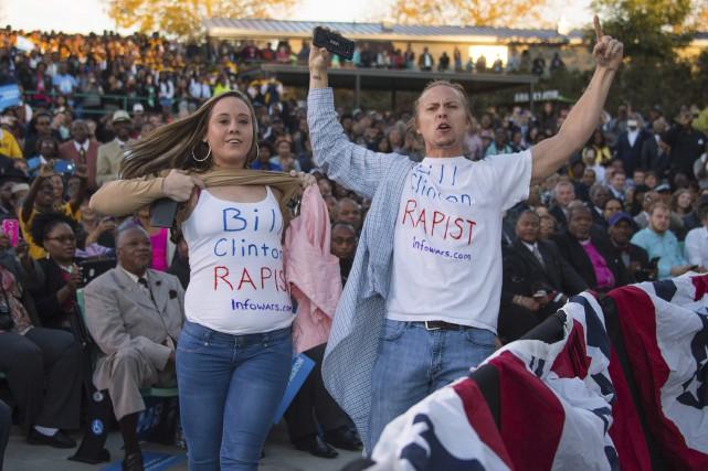 Des manifestants portent un t-shirt portant l'inscription «Bill... (AFP, Jim Watson)