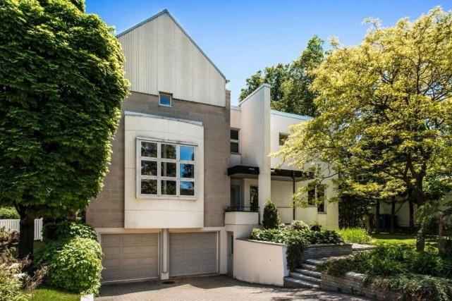 La façade postmoderne de cette maison à étage... (Photo fournie par Re/Max)
