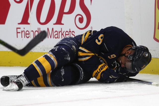 Evander Kanes'est blessé durant le match contre le... (Photo Jeffrey T. Barnes, AP)