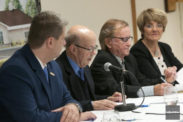 Le conseiller Carl Dufour, le président du conseil... (Photo Le Quotidien, Rocket Lavoie)