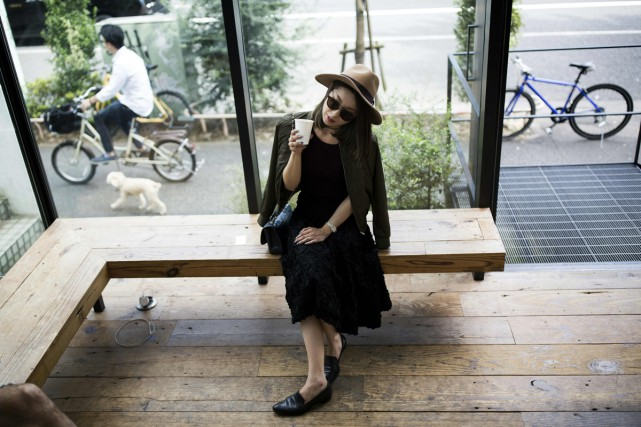 La designer japonaise Yayoi Maeda boit un café... (PHOTO AFP)