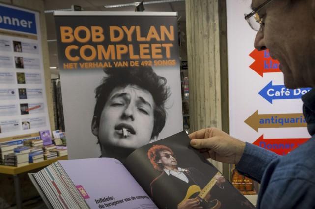 Un lecteur de Rotterdam regarde un livre dédié... (AFP, Lex van Lieshout)
