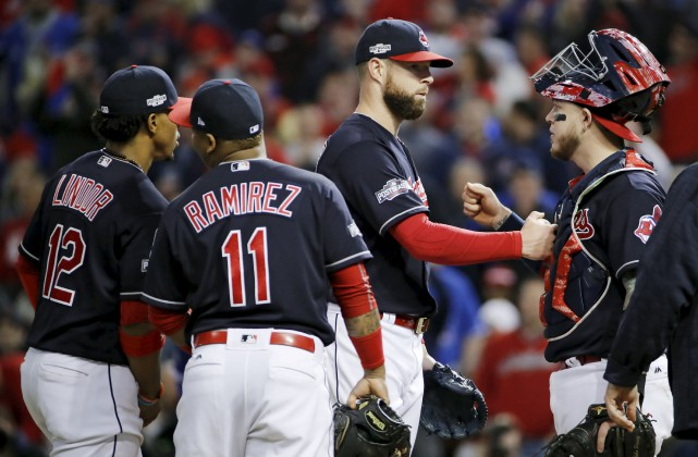 Le partant Corey Kluber est félicité par ses... (Gene J. Puskar, Associated Press)