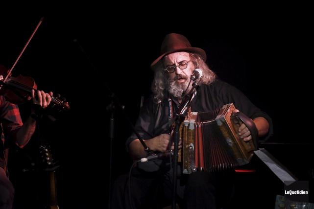 Yves Lambert a souvent joué de l'accordéon, vendredi... (Photo Le Quotidien, Rocket Lavoie)