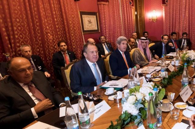 Au centre, le secrétaire d'État américain, John Kerry,... (AFP, Jean-Christophe Bott)