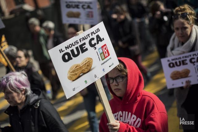Plus d'un millier de personnes ont marché dans les rues de Montréal samedi... (PHOTO EDOUARD PLANTE-FRECHETTE, LA PRESSE)