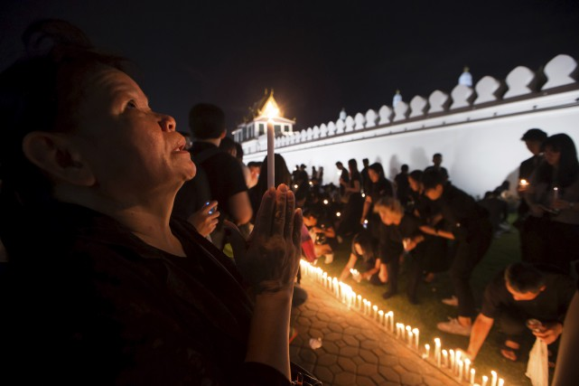 Des Thaïlandais priaient samedi devant le palais royal,... (AP, Wason Wanichakorn)