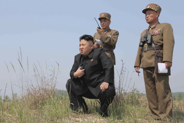 Le leader nord-coréen Kim Jong Un surveillant l'une... (Photo archives Reuters)