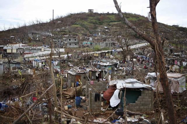 Las d'attendre l'aide extérieure, les sinistrés d'Haïti récupèrent... (AP, Rebecca Blackwell)