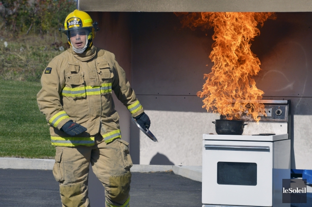 Les pompiers ont notamment expliqué au public les... (Le Soleil, Jean-Marie Villeneuve)