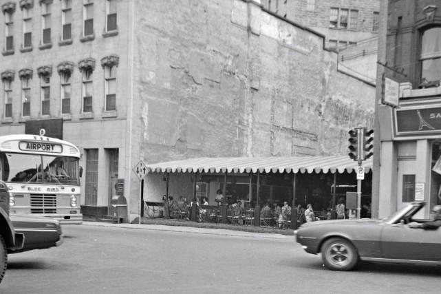 Restaurant-terrasse sur la rue Saint-Jean en 1972... (Archives de la Ville de Québec,  N015622)