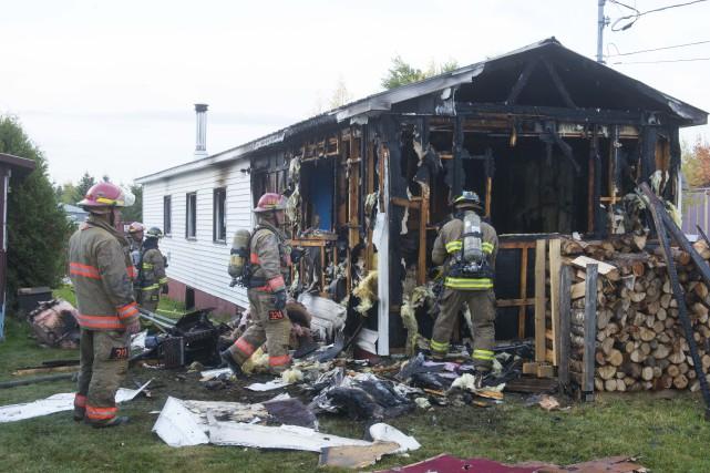 Un incendie de nature suspecte a complètement ravagé une maison mobile dimanche... (Spectre Média, Julien Chamberland)