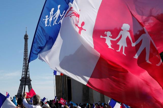 De nombreuses personnes brandissaient un drapeau tricolore ou... (PHOTO BENOIT TESSIER, REUTERS)