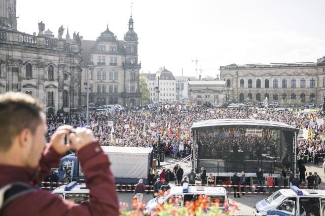 Le défilé aurait rassemblé entre 6500 et 8500... (AP, Oliver Killig)