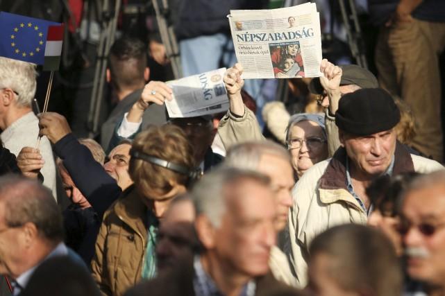 Beaucoup de manifestants avaient en main un exemplaire... (AP, Balazs Mohai)