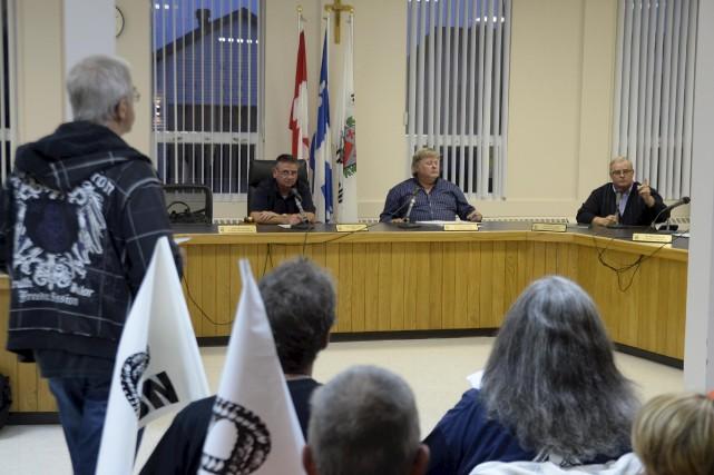 Debout, Pierre Désaulniers s'adressant au conseil municipal lors... (Sylvain Mayer)