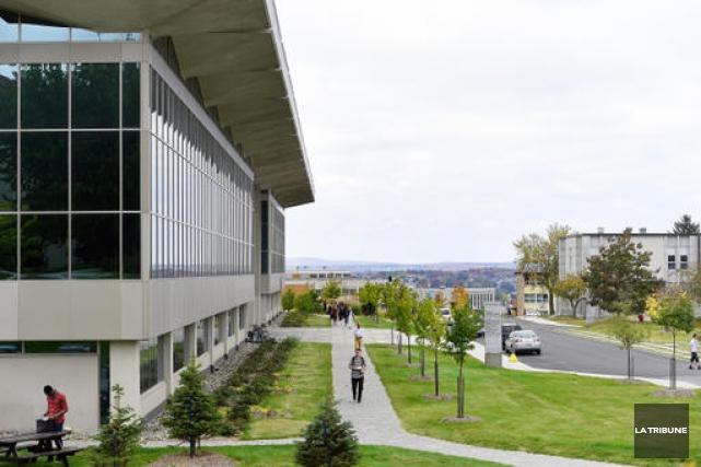 Campus de l'Université de Sherbrooke... (Archives La Tribune, Frédéric Côté)