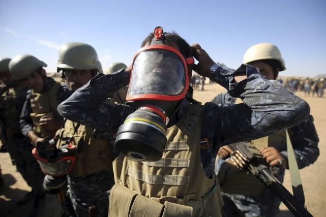 Des membres de la police irakienne se préparaient... (AFP, AHMAD AL-RUBAYE)