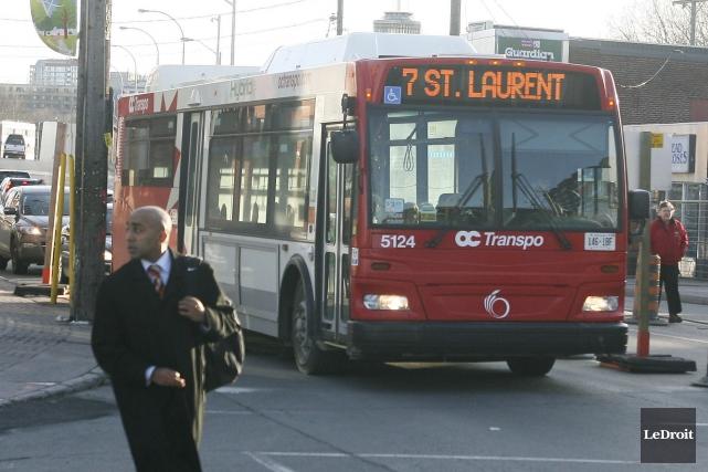 OC Transpo peine à maintenir son objectif d'avoir 25% de conducteurs... (Patrick Woodbury, Archives LeDroit)