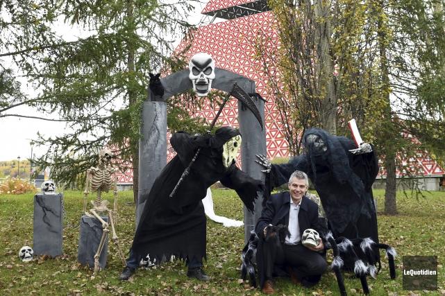 Le conseiller municipal Luc Boivin est ici entouré... (Photo Le Quotidien, Rocket Lavoie)