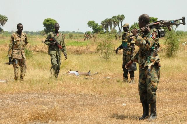 Des soldats de la SPLA se tiennent près... (PHOTO JOK SOLOMON, REUTERS)