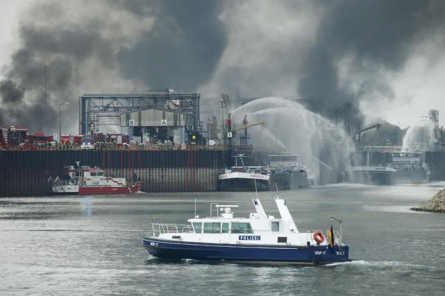 Les pompiers s'affairent à éteindre l'incendie de l'usine.... (PHOTO RALPH ORLOWSKI, REUTERS)