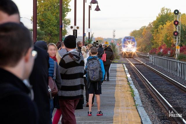 Des usagers du train de l'AMT l'attendent patiemment... (PHOTO ALAIN ROBERGE, LA PRESSE)