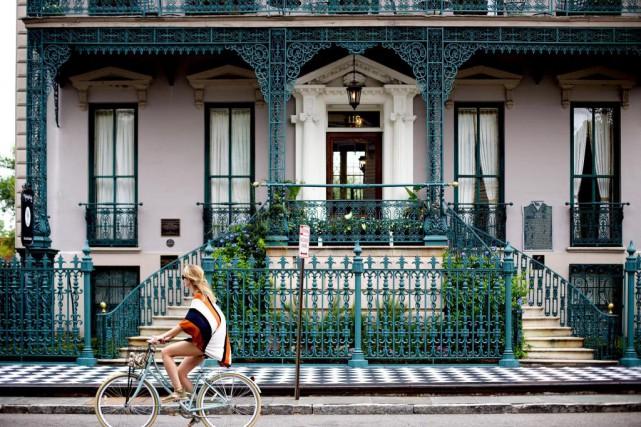 Une cycliste passe sur la rue Broad devant... (PHOTO SARAH MONGEAU-BIRKETT, LA PRESSE)