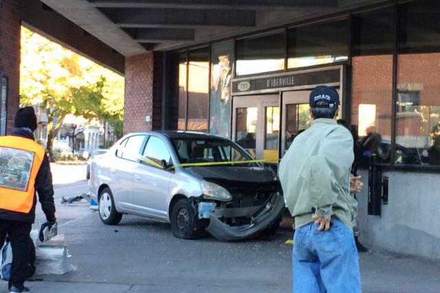 Un automobiliste ayant vraisemblablement perdu le contrôle de son véhicule a... (Photo tirée de Twitter)
