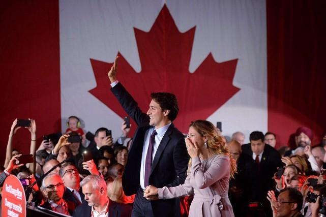 Justin Trudeau et son épouse, radieux après l'élection... (Archives, La Presse canadienne)
