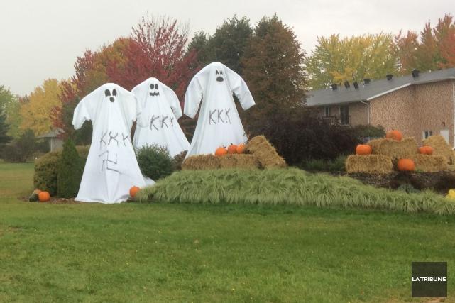 D'anodines décorations d'Halloween ont été transformées en symboles... (La Tribune, Yanick Poisson)