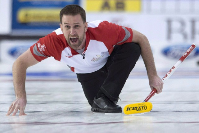 Brad Gushue avec un balai règlementaire «jaune moutarde».... (Photo Adrian Wyld, archives La Presse Canadienne)