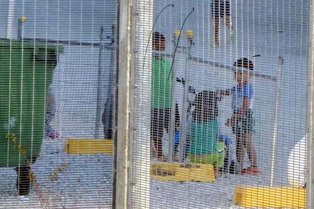 Plusieurs demandeurs d'asile originaires d'Afrique, d'Asie et du... (PHOTO REUTERS)