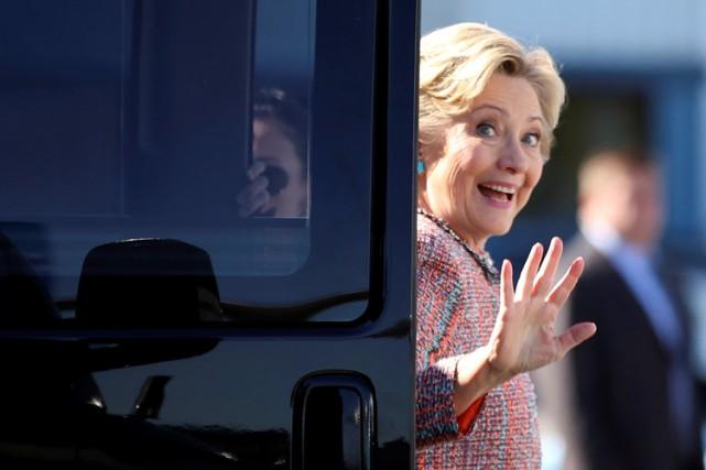 Hillary Clinton à son arrivée à l'aéroport de... (PHOTO REUTERS)