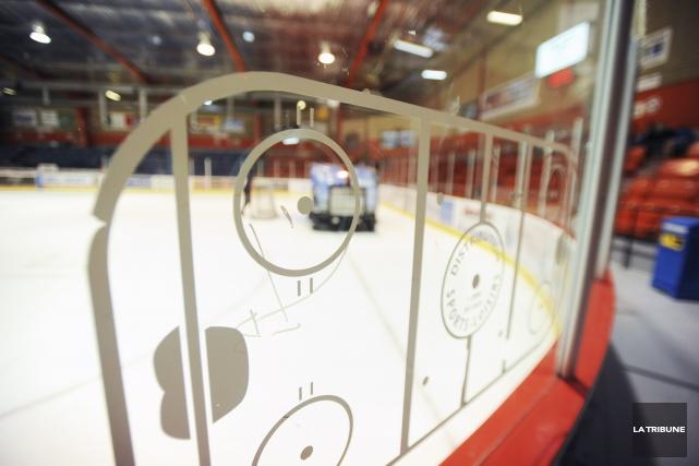 Un entraîneur de hockey a été trouvé coupable... (Archives, La Tribune)