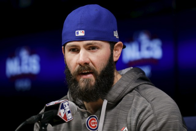 Le lanceur partant des Cubs, Jake Arrieta, entend... (Photo AP)