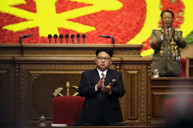 Le dirigeant nord-coréen Kim Jong-Un (au centre)... (Photo Wong Maye-E, archives Associated Press)