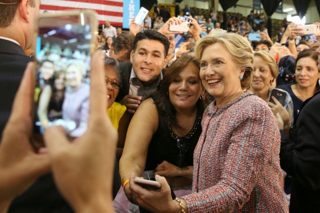 Hillary Clinton prend la pose pour une photo... (photo Lucy Nicholson, archives REUTERS)