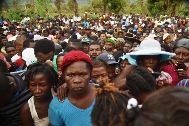 Des résidants de la commune de Maniche aux... (photo HECTOR RETAMAL , AFP)