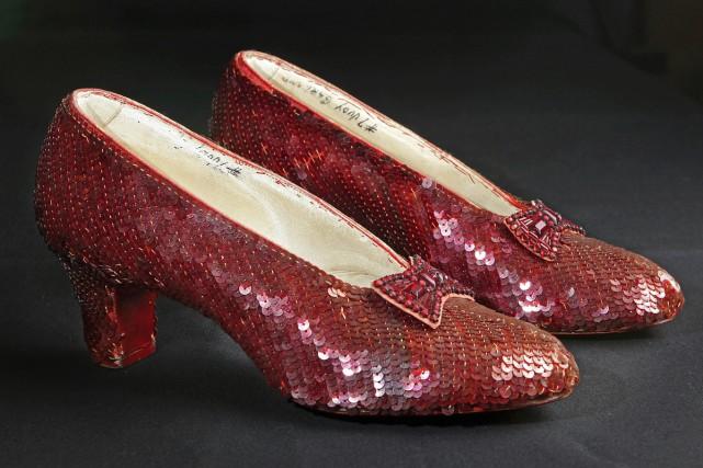 Les chaussures rouges ayant permis à Dorothée de rentrer au Kansas dans Le... (Associated Press)
